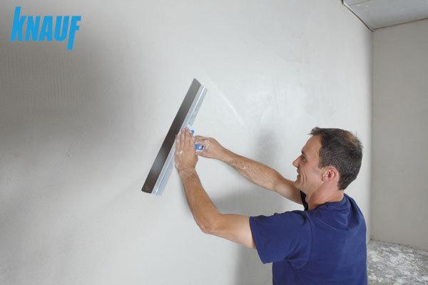 Universalus Knauf Q-Filler glaistas tinka gispkartonio paviršiui ir siūlėms glaistyti, taip pat tinko, betono paviršiams, defektams užtaisyti.