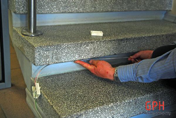 Klijuojame juostą po laiptais