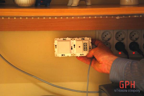 Klijuojamas jungiklis su viduje įmontuotu transformatoriumi