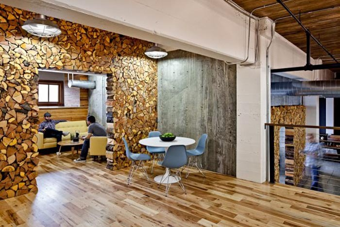 Asa lt interjeras kuriame pagrindinis akcentas yra medis for Creative agency interior design